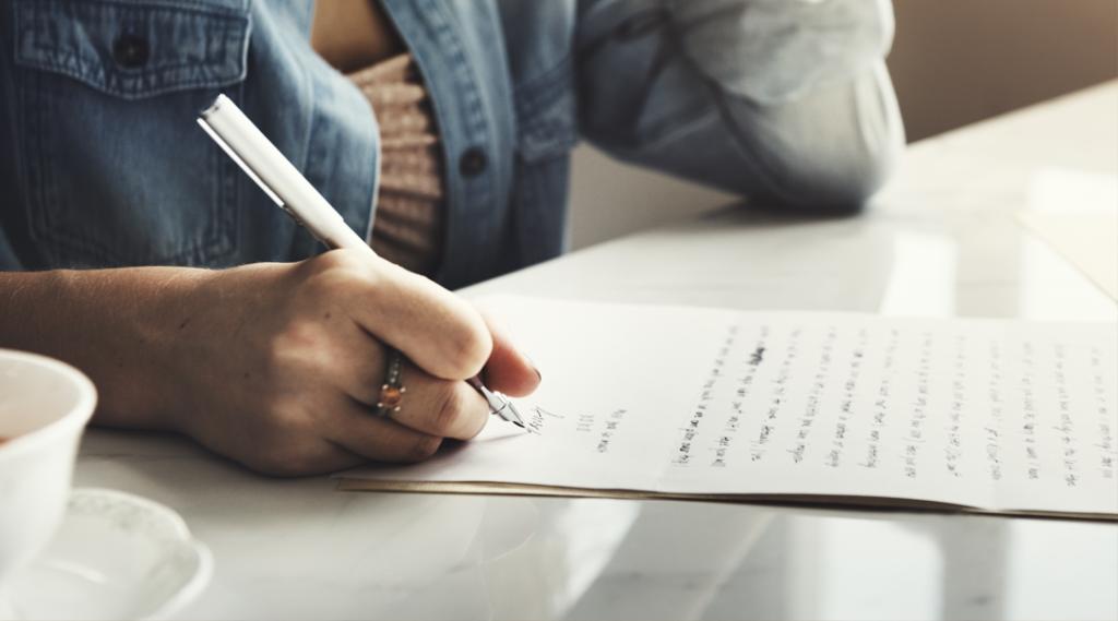 Menina Escrevendo Carta Home Conceito
