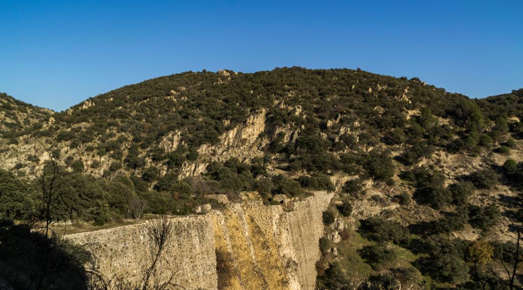 Barragem El Gasco. Inacabado, construído no último terço do século 18 no rio Guadarrama. Suas ruínas estão na confluência dos termos municipais de Torrelodones, Galapagar e Las Rozas de Madrid (destinos la casa de papel)