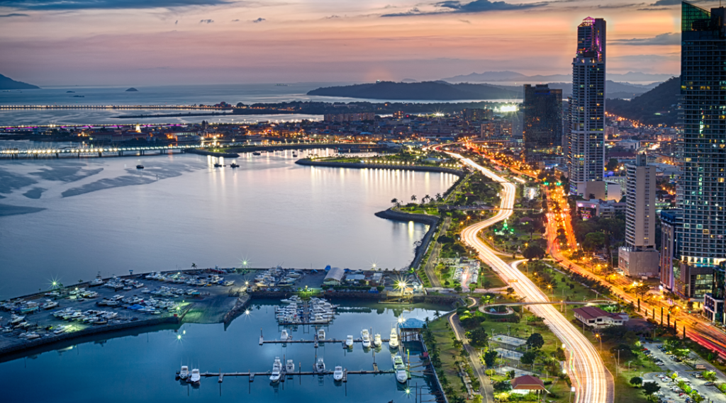 Avenida Balboa ao anoitecer em Cidade do Panamá, Panamá (destinos la casa de papel)