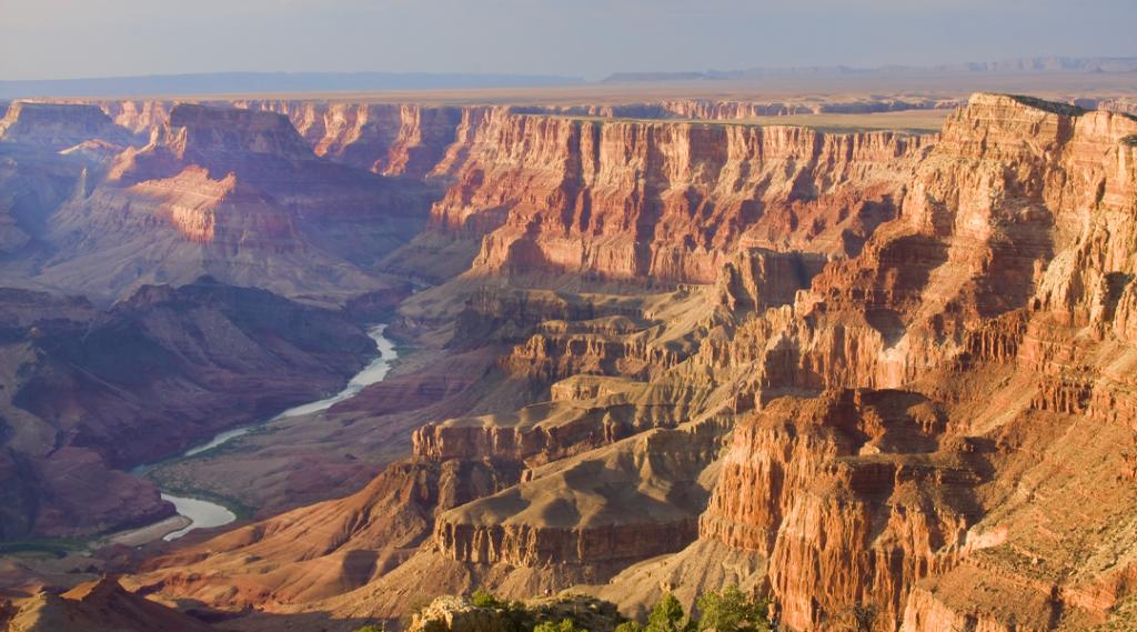 Bela paisagem de Grand Canyon do Desert View Point com o rio Colorado visível durante o crepúsculo (Seguro Viagem EUA)