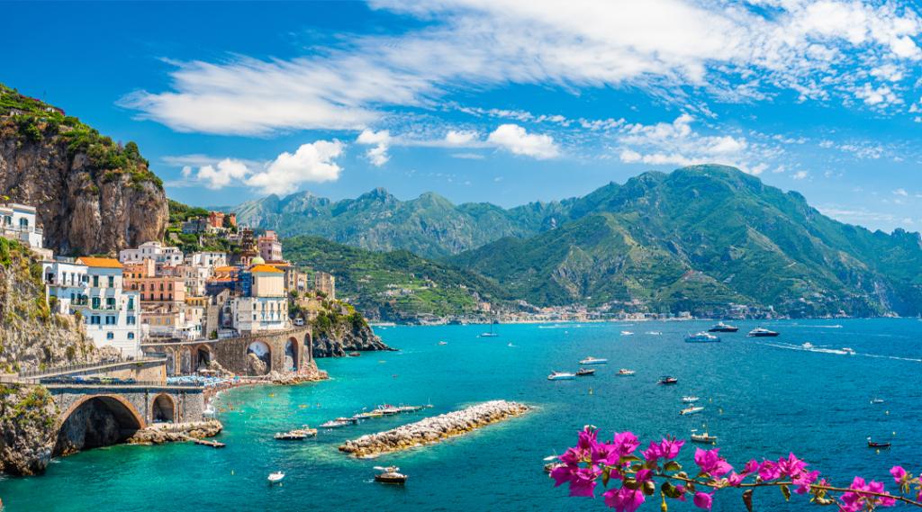 Paisagem com a cidade de Atrani na famosa costa de Amalfi, Itália. Seguro viagem europa