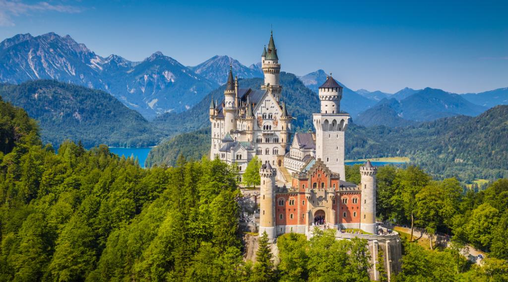 Bela vista do mundialmente famoso Castelo de Neuschwanstein, o palácio românico do século XIX construído para o Rei Ludwig II em um penhasco acidentado perto de Fussen, sudoeste da Baviera, Alemanha