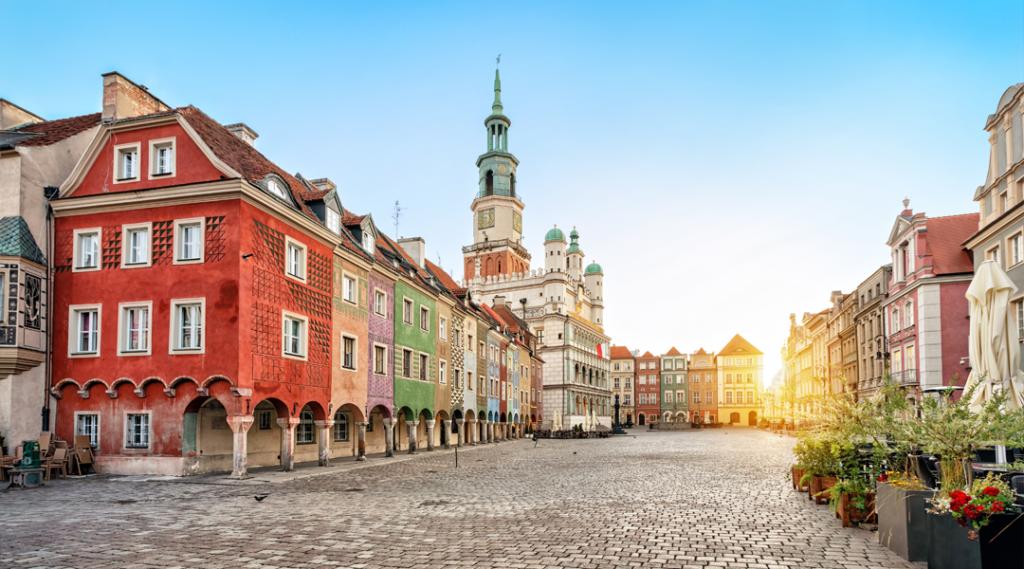 Stary Rynek praça com pequenas casas coloridas e antiga Câmara Municipal em Poznan, Polônia. Seguro viagem europa
