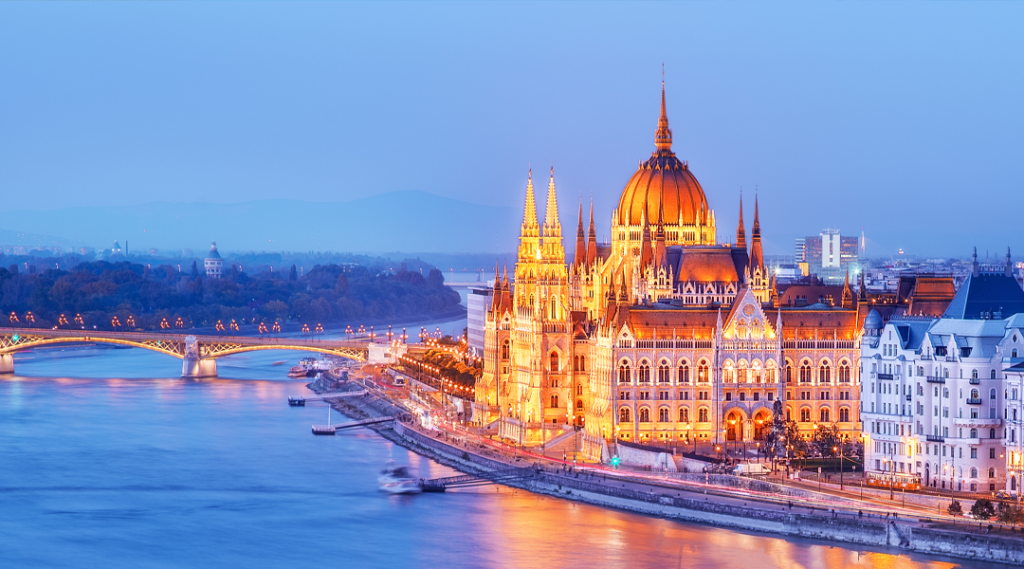 Budapeste, Hungria. Vista noturna no edifício do Parlamento sobre o delta do rio Danúbio. Seguro viagem europa