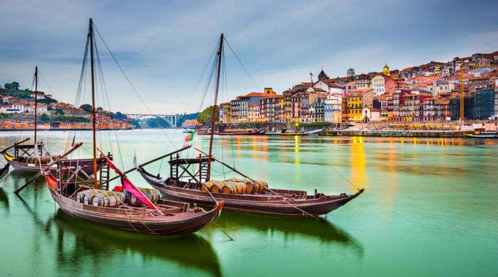 Paisagem urbana do Porto, Portugal no Rio Douro com barcos tradicionais Rabelo.