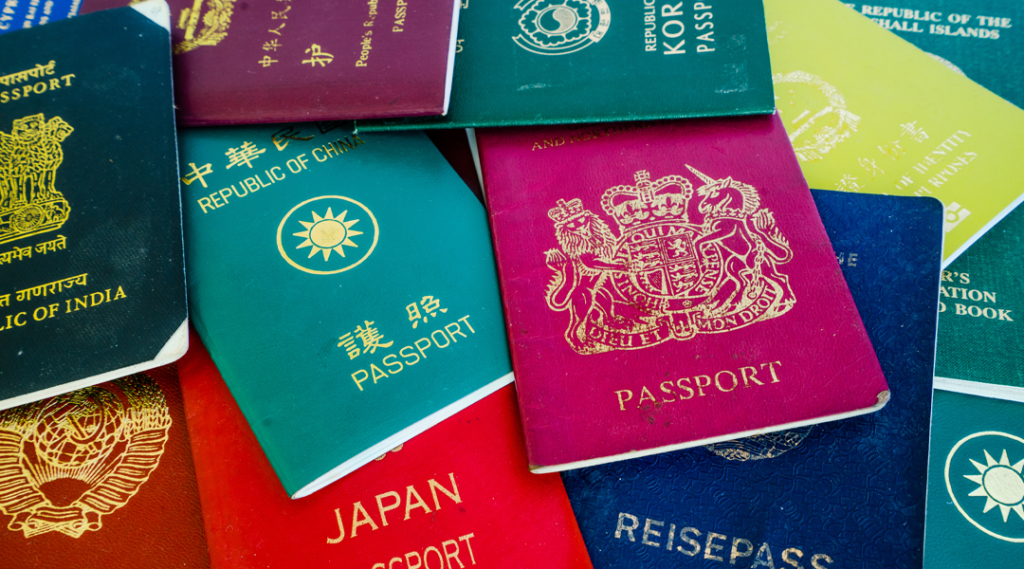 Diferentes passaportes estrangeiros de muitos países e regiões do mundo como fundo colorido