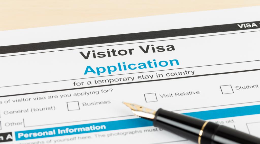 Formulário de pedido de visto com caneta