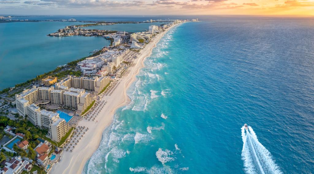 Costa de Cancún com sol