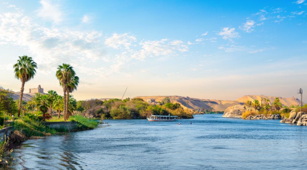 Rio Nilo e barcos ao pôr do sol em Aswan