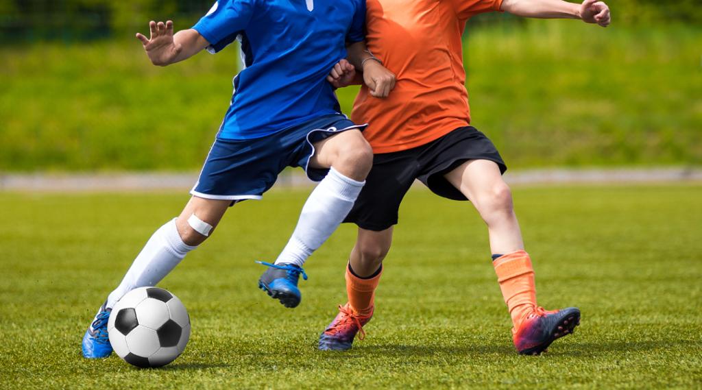 Jogo de futebol para jovens jogadores. Torneio de futebol de treinamento e futebol para crianças. Competição de futebol juvenil