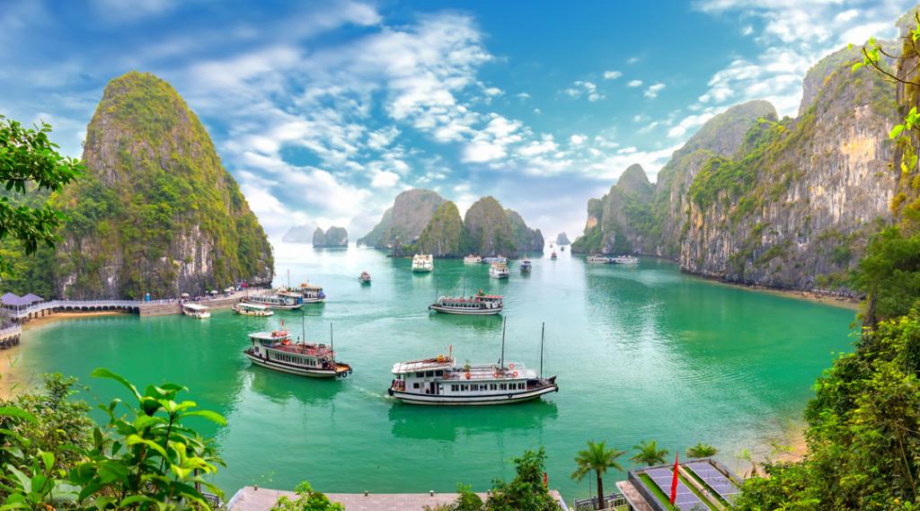 A paisagem bonita Halong Bay vê de adove a ilha de Bo Hon. Halong Bay é Patrimônio Mundial da UNESCO, é uma bela maravilha natural no norte do Vietnã. Seguro Viagem Internacional