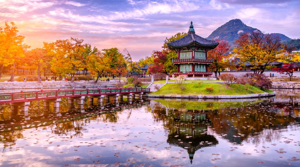 Pôr do sol no pavilhão de água no palácio Gyeongbokgung da terra em Seul, Coreia do Sul.