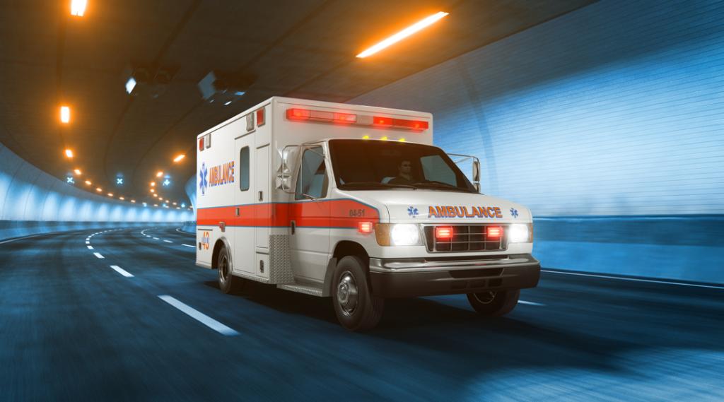 Passeios de carro de ambulância através do túnel quente luz amarela. Seguro viagem internacional