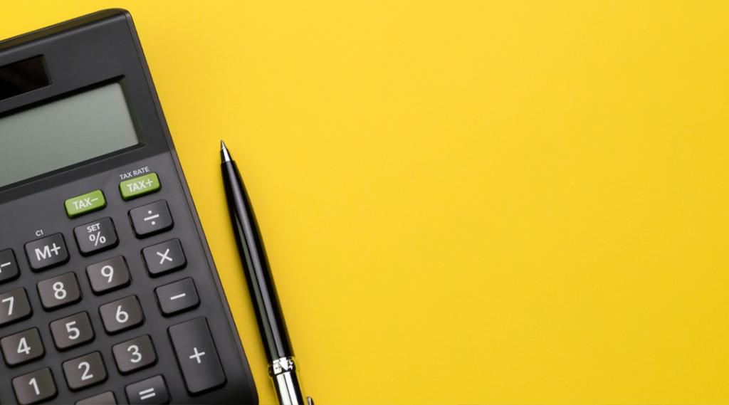 Vista plana ou superior da caneta preta com calculadora na tabela de fundo amarelo vívido com espaço de cópia em branco, matemática, custo, imposto ou cálculo de investimento.