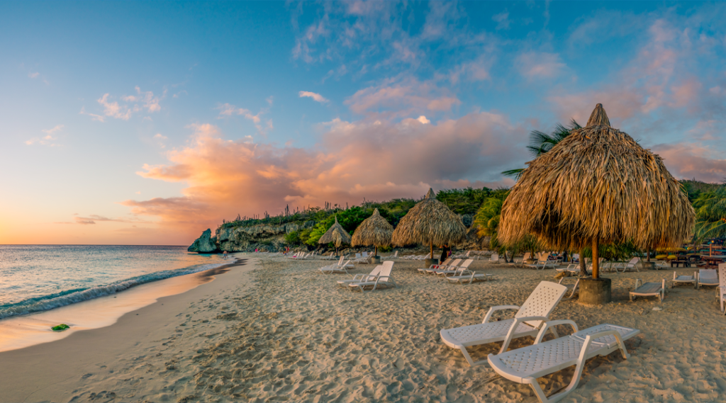 Pôr do sol na praia de Cas Abou, na ilha caribenha de Curaçao