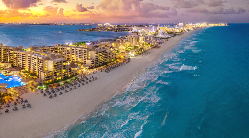 Praia de Cancún durante o pôr do sol