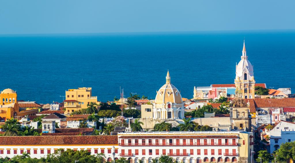 Centro histórico de Cartagena com várias igrejas importantes visíveis. Seguro viagem américa do sul