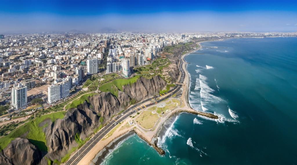LIMA, PERU: Vista aérea da cidade de Miraflores, do penhasco e da Costa Verde.