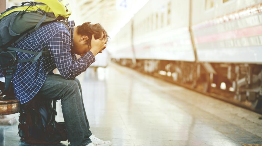 o homem mochila turista chegou tarde na estação. viajante deprimido e tensão triste sentado esperando na estação de trem depois de erros um trem faz perder tempo em viajar. Seguro viagem américa do sul