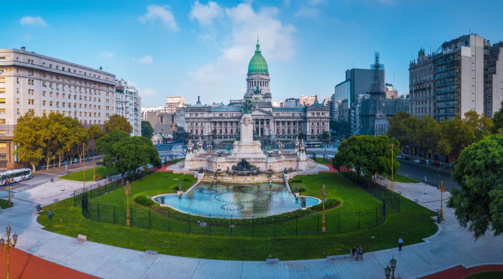 Panorama da cidade de Buenos Aires. Panorama aérea da praça perto do Congresso no dia ensolarado. Argentina. Seguro viagem américa do sul