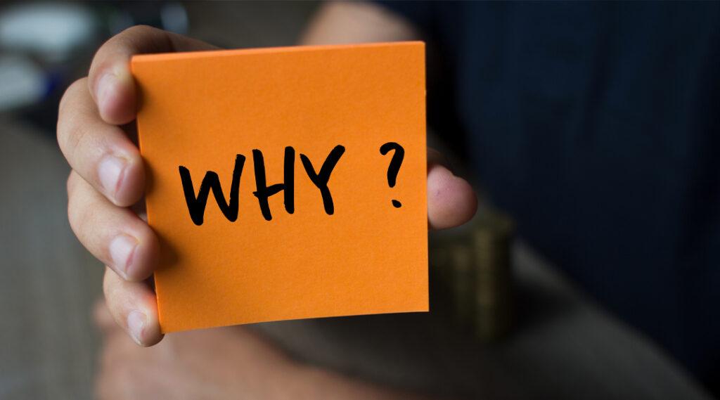 Mão segurando um papel laranja com a palavra por quê? , Conceito de Negócios. Seguro viagem chile