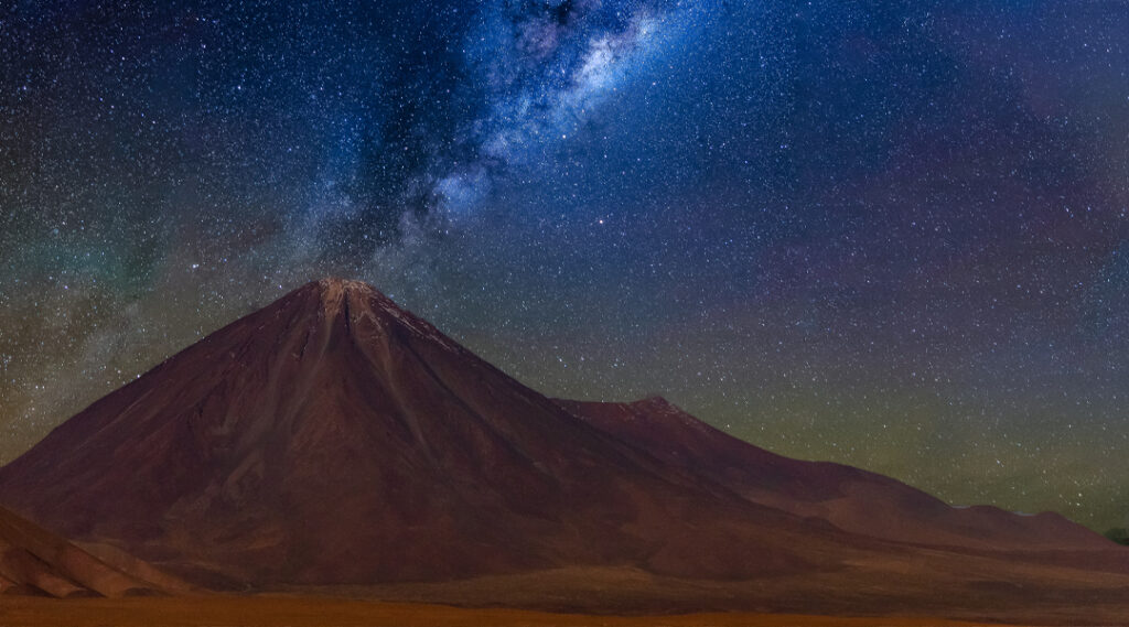 Via Láctea no vulcão Licancabur no deserto de Atacama