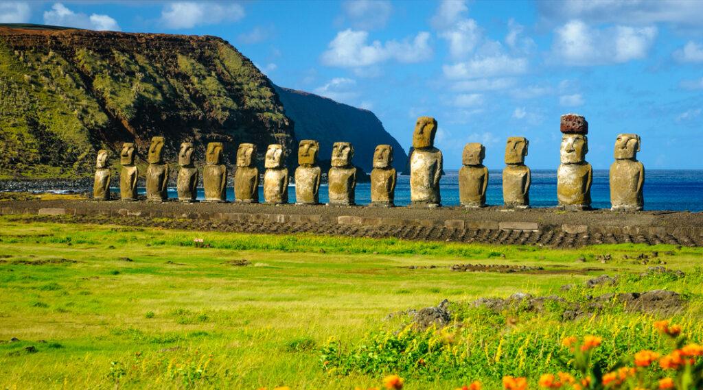 O antigo moai de Ahu Togariki, na Ilha de Páscoa, a cerca de 2.000 milhas da costa do Chile. Seguro viagem chile