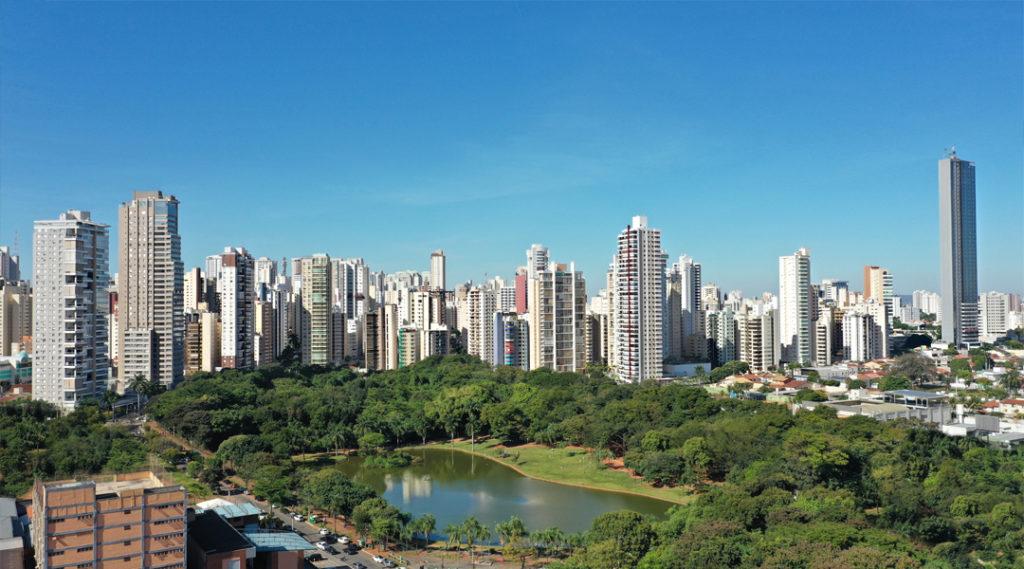 Vista panorâmica de um parque em Goiânia, cercado por muitos edifícios modernos e árvores tropicais. Goiânia, Goiás, Brasil. Pontos turísticos do Centro-Oeste