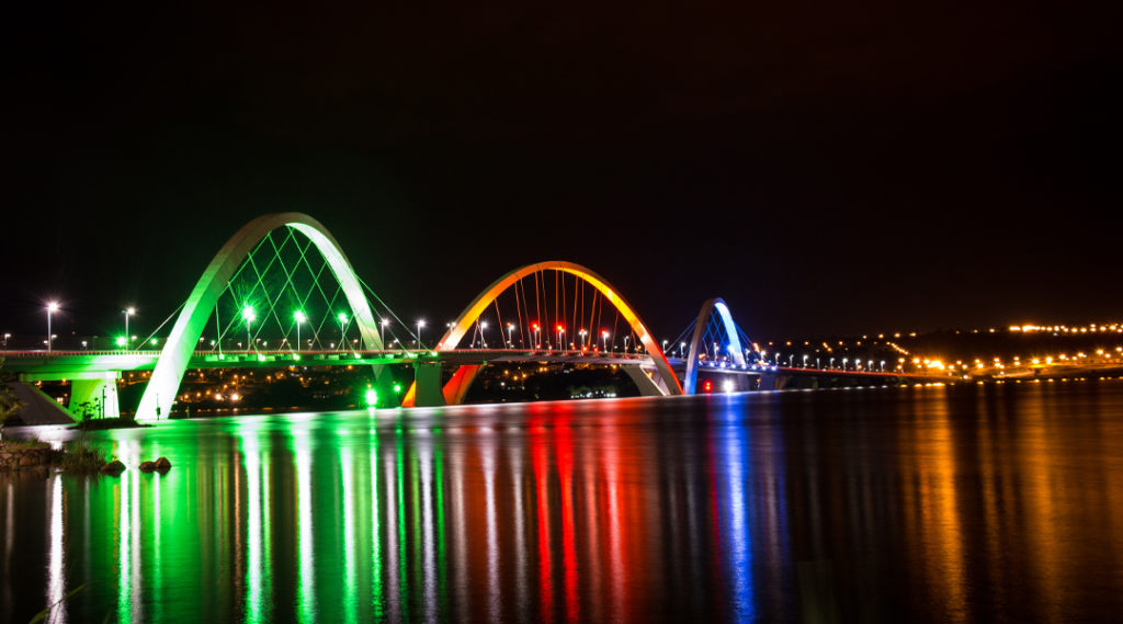 Ponte Juscelino Kubitschek em Brasília com iluminação colorida.