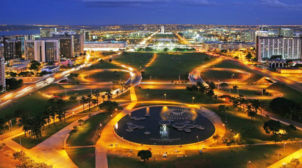Eixo monumental de Brasília ao anoitecer, Brasil
