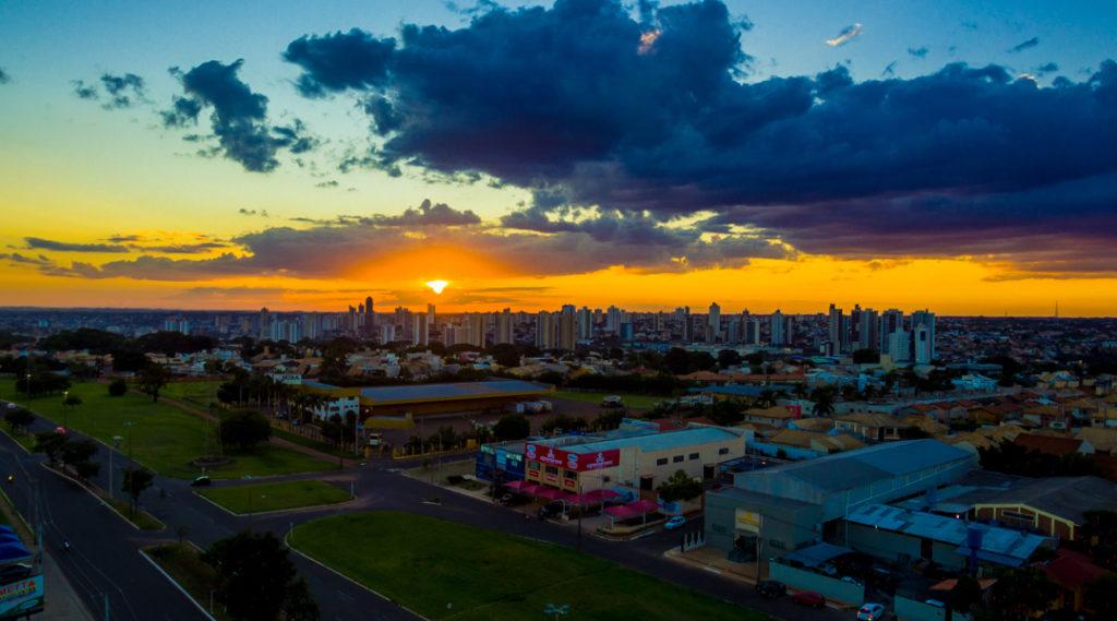 Vista aérea da cidade de Campo Grande em um lindo dia. Pôr do sol na capital mato-grossense. Pontos turísticos do Centro-Oeste