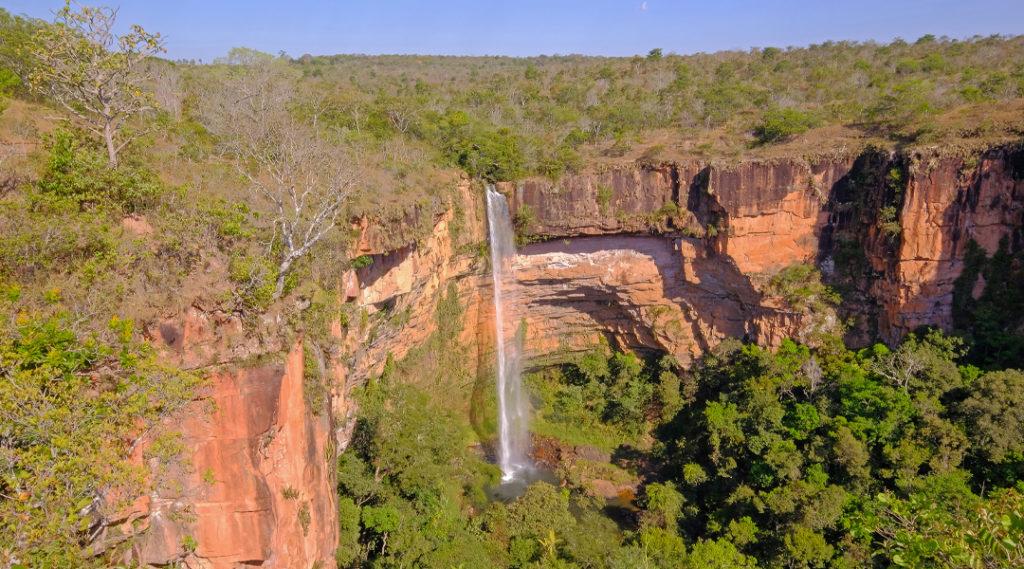 Lindo véu de noiva, cachoeira Véu da Noiva no Parque Nacional da Chapada dos Guimarães, Cuiabá, Mato Grosso, Brasil, América do Sul. Pontos turísticos do Centro-Oeste