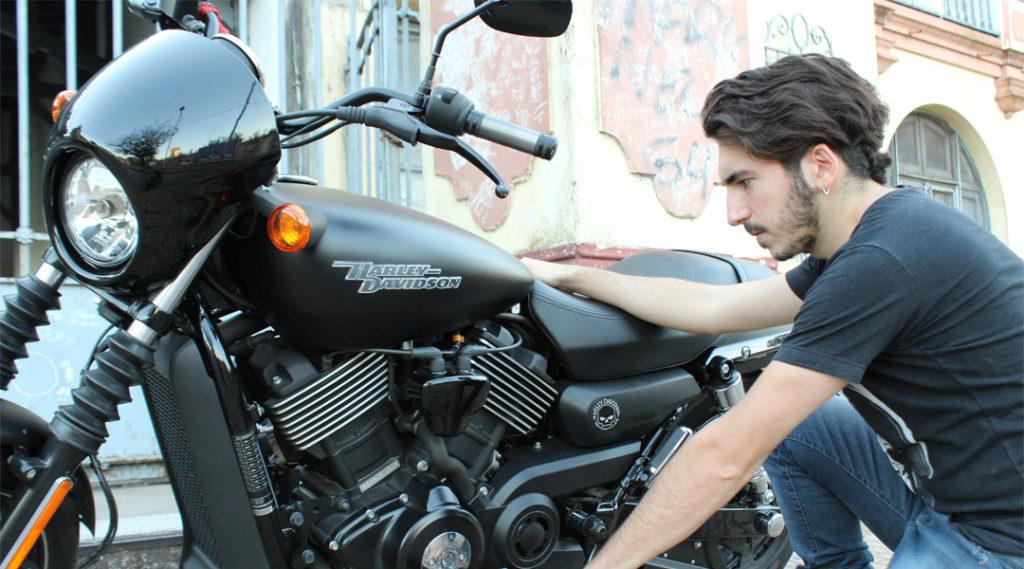 Avellaneda, Buenos Aires, Argentina-04/28/19: jovem verifica sua motocicleta. Seguro viagem argentina