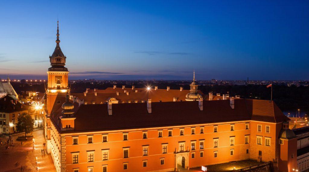 imagem noturna praça em Varsóvia