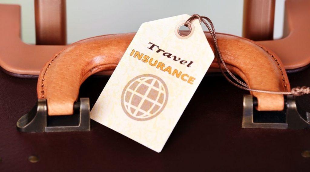 imagem de uma etiqueta de seguro viagem na mala