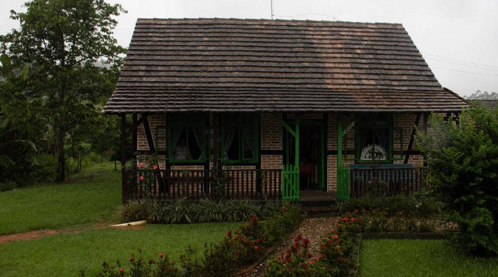 imagem de uma casa de campo com um gramado verde