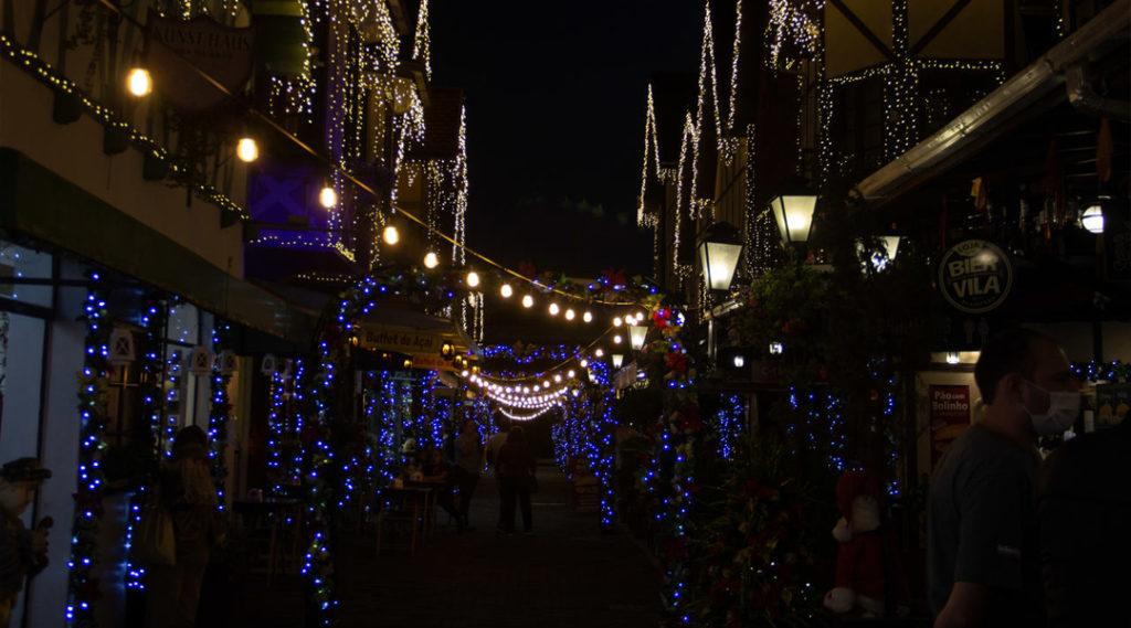 imagem noturna em rua com decoração de natal