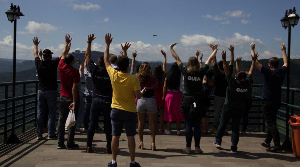 pessoas acenando para foto de drone