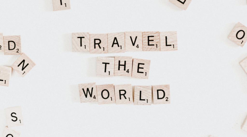 jogo de palavras em bloco formando as palavras travel the world