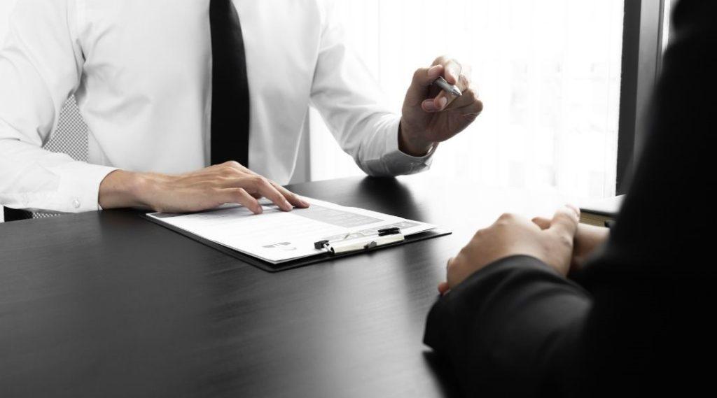 momento de assinatura de contrato entre duas pessoas - por que contratar seguro viagem