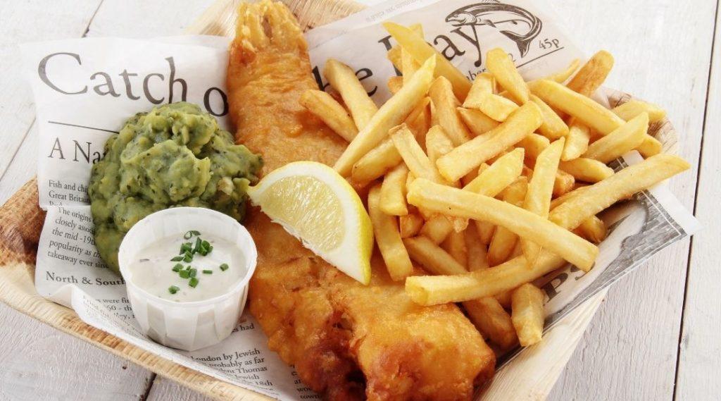 Prato típico britânico peixe com batata frita, molho tártaro e limão. Viajar Barato.