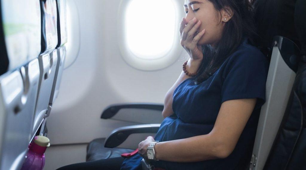 mulheres grávidas sentem náuseas no avião algum tempo depois da decolagem. Seguro viagem
