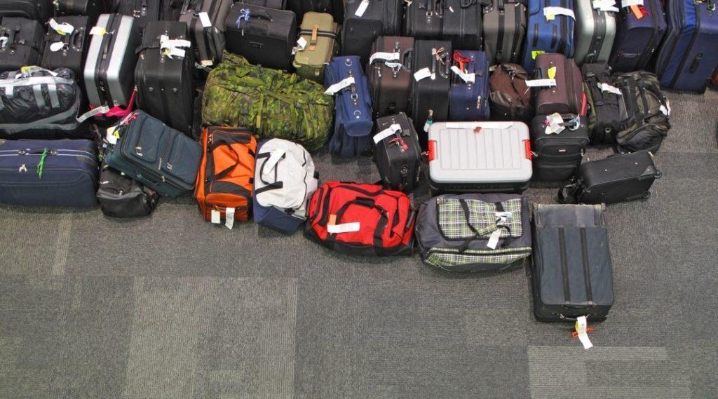 Dezenas de malas no chão do aeroporto. Seguro viagem