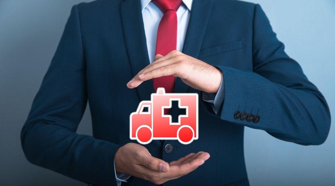 homem segurando ícone vermelho de ambulância, regresso sanitário