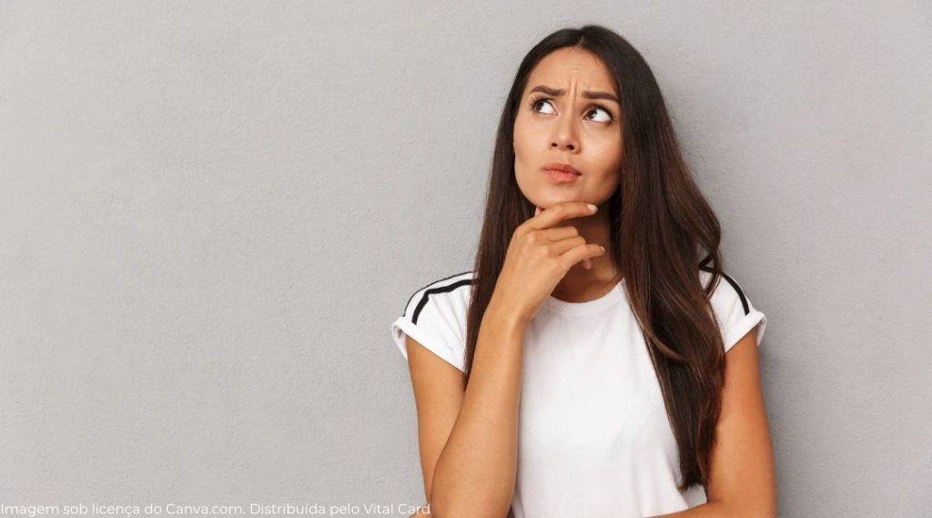 jovem mulher pensando sobre um assunto