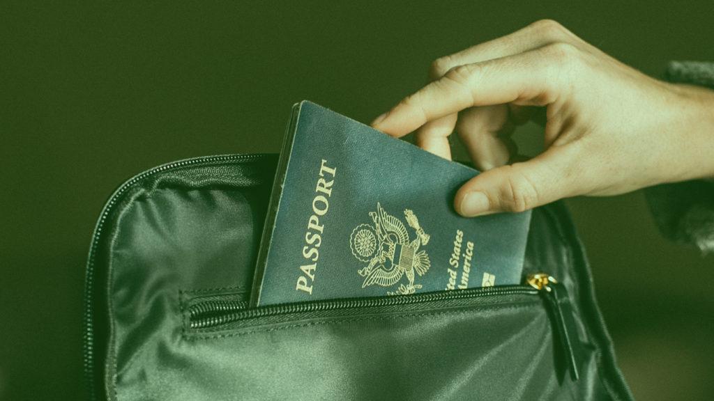 Planejamento de viagem internacional: Pessoa colocando passaporte na mala