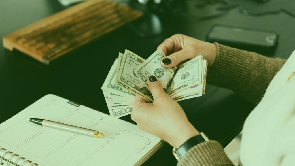 Pessoa contando dinheiro (dólar)